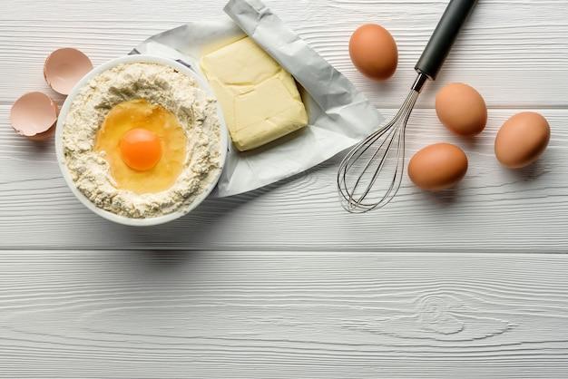 Ingrediënten voor het bakken op een witte houten planken