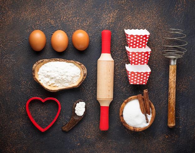 Ingrediënten voor het bakken op roestige achtergrond