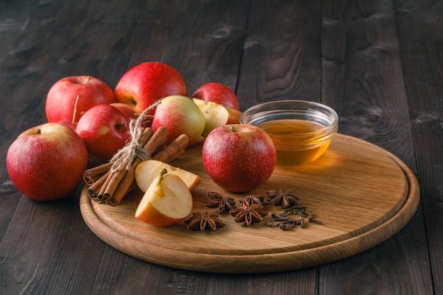 Ingrediënten voor het bakken van appeltaart - honing en kruiden