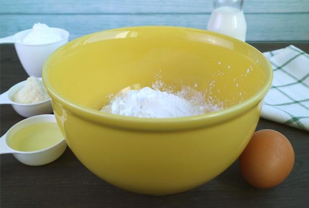 Ingrediënten voor het bakken van braziliaans kaasbrood of pao de queijo in de keuken