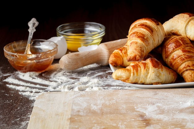 Ingrediënten voor het bakken van croissants