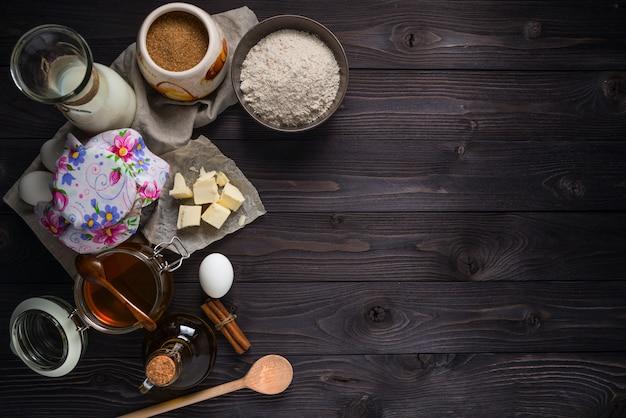 Ingrediënten voor het bakken van pannenkoeken op een houten tafel