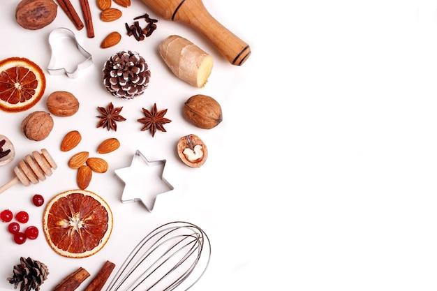 Ingrediënten voor het bakken van peperkoekkoekjes noten metalen mallen specerijen en kaneel lege ruimte