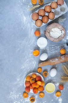 Ingrediënten voor het koken van abrikozentaart op stenen achtergrond