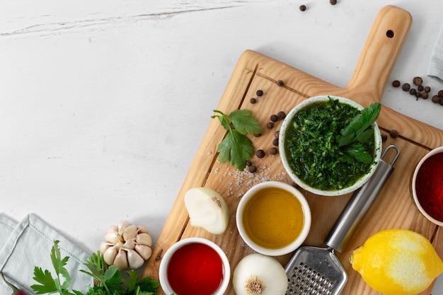 Ingrediënten voor het koken van argentijnse groene chimichurri-saus