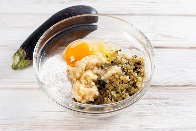 Ingrediënten voor het koken van auberginekoteletten. gezond vegetarisch recept. detailopname