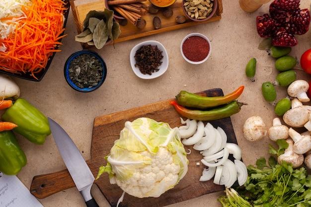 Ingrediënten voor het koken van gezonde vegetarische maaltijden vol vitamines bloemkool bereid om te koken