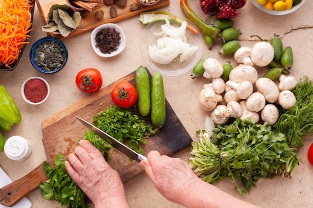 Ingrediënten voor het koken van gezonde vegetarische maaltijden vol vitamines vrouw snijden greens