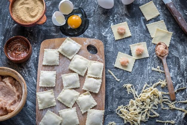 Ingrediënten voor het koken van ravioli op de houten plank