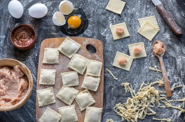 Ingrediënten voor het koken van ravioli op het houten bord