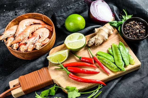 Ingrediënten voor het koken van tom kha gai. thaise kippensoep in kokosmelk.