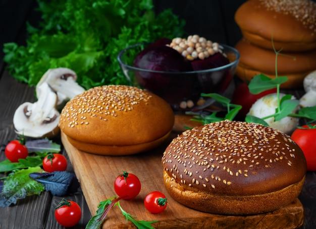 Ingrediënten voor het koken van vegetarische hamburgers