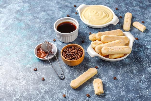 Ingrediënten voor het maken van dessert tiramisu, bovenaanzicht met kopie ruimte.