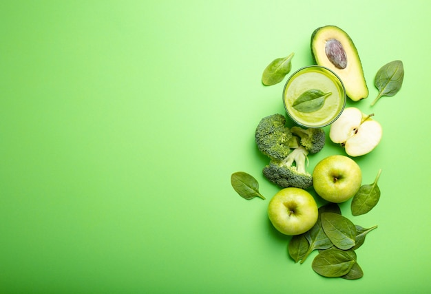 Ingrediënten voor het maken van groene gezonde smoothie met broccoli, appels, avocado, spinazie op pastelachtergrond, ruimte voor tekst. schoon eten, detox plan, dieet, gewichtsverlies concept. close-up, bovenaanzicht