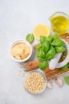 Ingrediënten voor het maken van groene pestosaus bovenaanzicht plat leggen