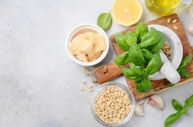 Ingrediënten voor het maken van groene pestosaus