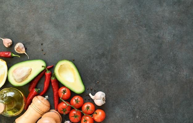 Ingrediënten voor het maken van guacamolesaus. voedsel op een betonnen zwarte tafel met ruimte voor tekst.