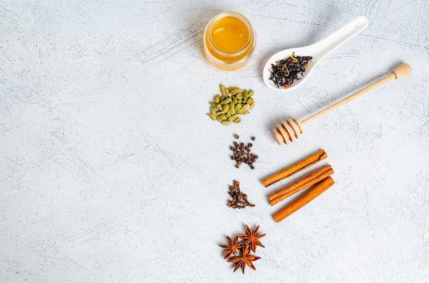 Ingrediënten voor het maken van indiase traditionele masala theedrank.