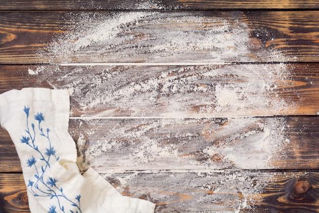 Ingrediënten voor het maken van kerstgebak: bloem, eieren en uitsteekvormpjes