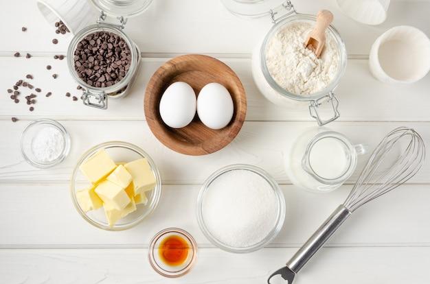 Ingrediënten voor het maken van muffins met chocoladeschilfers recept stap voor stap