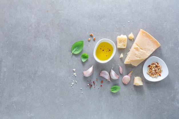 Ingrediënten voor het maken van pesto op lichte achtergrond. bovenaanzicht.