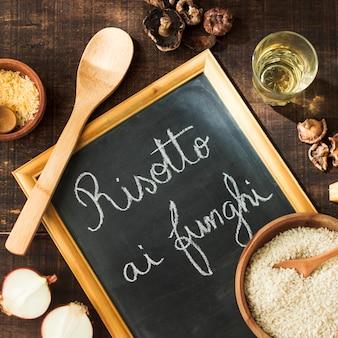Ingrediënten voor het maken van risotto-funghi op leisteen met krijt