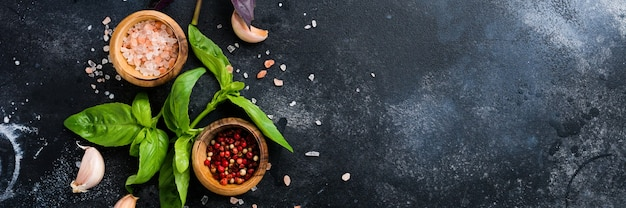 Ingrediënten voor het maken van traditionele italiaanse pestosaus op oude donkere rustieke achtergrond. plat leggen