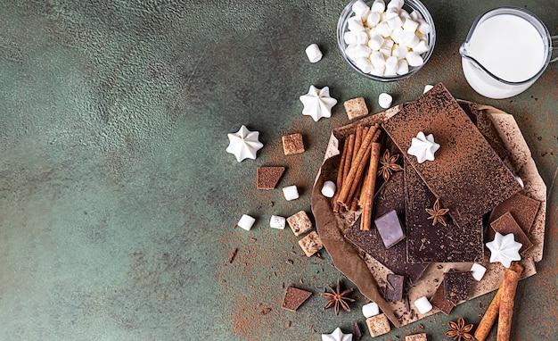 Ingrediënten voor het maken van warme chocolademelk. bovenaanzicht, kopieer ruimte.
