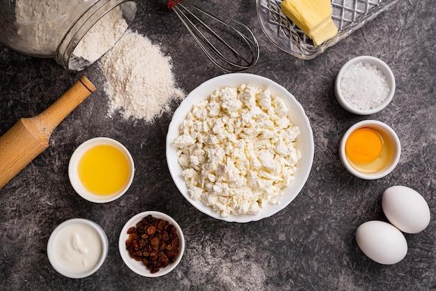 Ingrediënten voor het maken van zelfgemaakte cheesecakes. bakkerij bovenaanzicht als achtergrond.