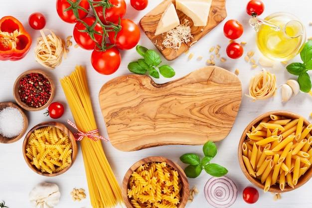 Ingrediënten voor italiaanse keuken plat leggen, pasta spaghetti penne fusilli tomatenolie groenten