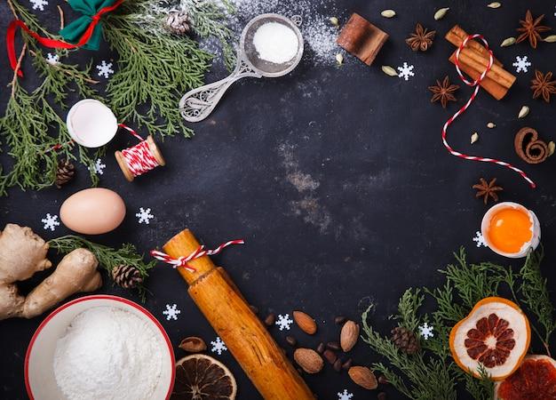 Ingrediënten voor kerstmisbaksel op zwarte achtergrond