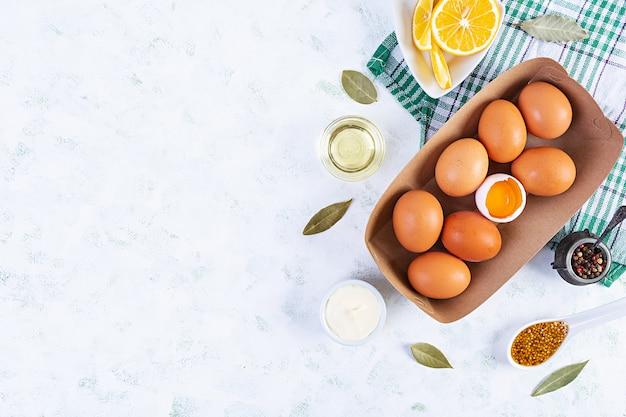 Ingrediënten voor mayonaise. heerlijke zelfgemaakte mayonaise met ingrediënten voor saus. gezonde zelfgemaakte gerechten. bovenaanzicht