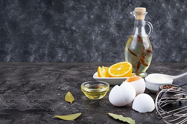 Ingrediënten voor mayonaise. heerlijke zelfgemaakte mayonaise met ingrediënten voor saus. gezonde zelfgemaakte gerechten.