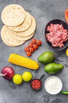 Ingrediënten voor mexicaanse taco's met maïstortilla's, chilipeper, avocado, vlees