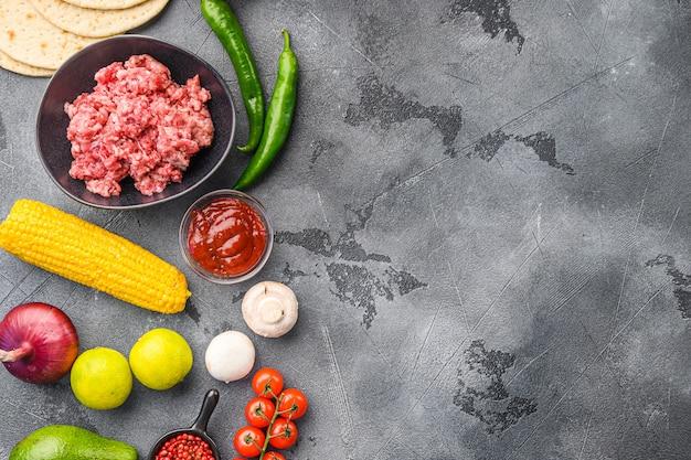 Ingrediënten voor mexicaanse taco's van rundvlees, maïstortilla's, chilipeper, avocado, vlees