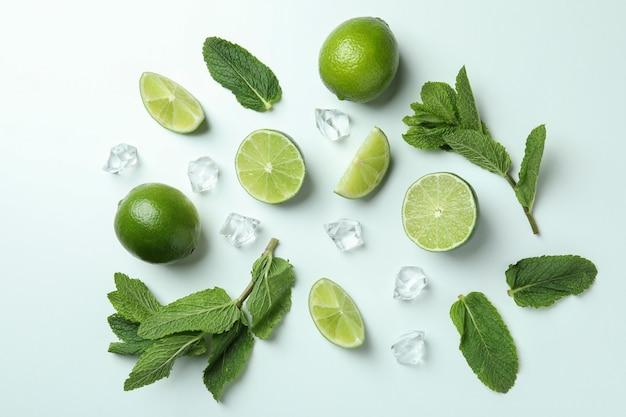 Ingrediënten voor mojitococktail op witte achtergrond