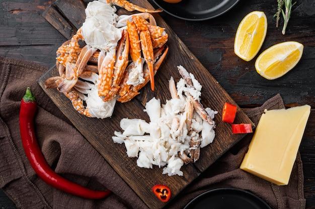 Ingrediënten voor ontbijtomelet met krabvlees en kaasset, op donkere houten tafel, bovenaanzicht plat lag