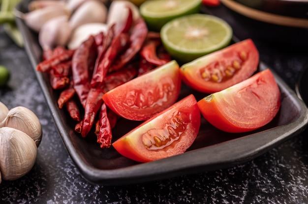 Ingrediënten voor papajasalades zijn onder andere papaja.