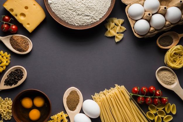 Ingrediënten voor pasta op grijs