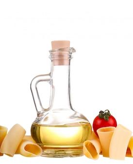 Ingrediënten voor pasta. spaghetti, cherie, chili, olie, knoflook op wit wordt geïsoleerd