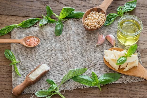 Ingrediënten voor pesto op de houten tafel