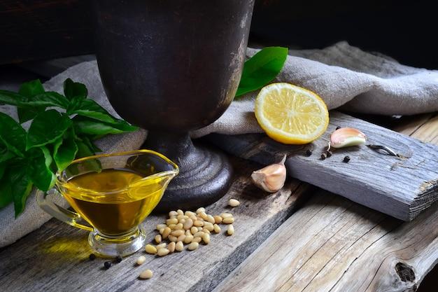 Ingrediënten voor pestosaus en oude gietijzeren vijzel