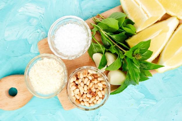Ingrediënten voor pestosaus met basilicum, pijnboompitten, parmezaanse kaas