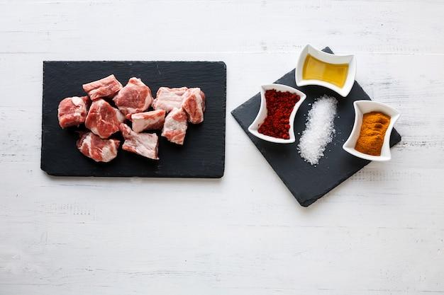 Ingrediënten voor rundvleesstoofpot met olijfolie, paprika en kerrie