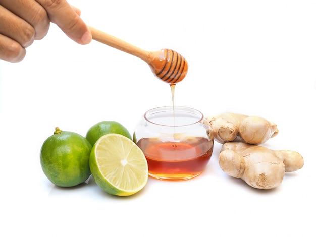 Ingrediënten voor sapdranken van thee met honing, limoen, citroen, citrus en gember.