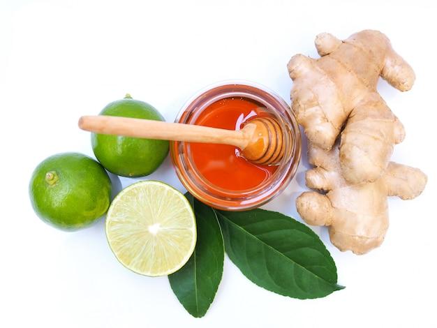 Ingrediënten voor sapdrankjes of thee met honing, limoen, citroen en gember.