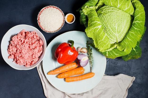 Ingrediënten voor savooikool gevuld met vlees en groenten.