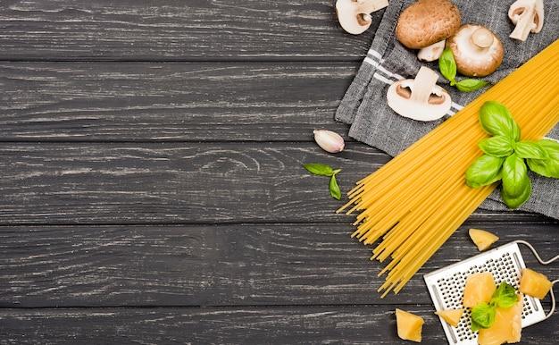 Ingrediënten voor spaghetti met champignons