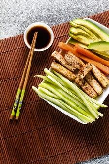 Ingrediënten voor sushibroodjes met sojasaus