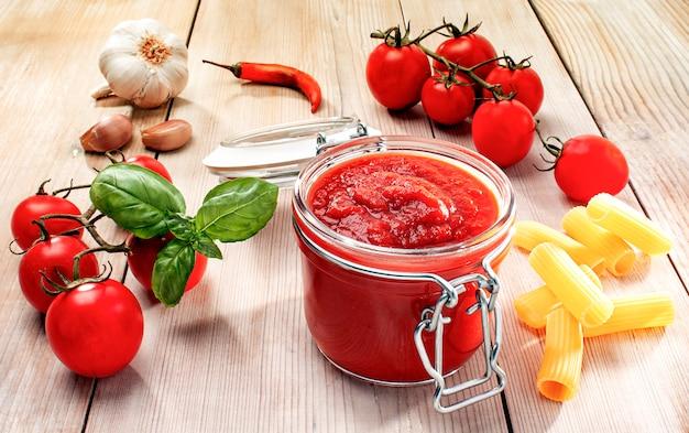 Ingrediënten voor tomatensaus op italiaanse wijze